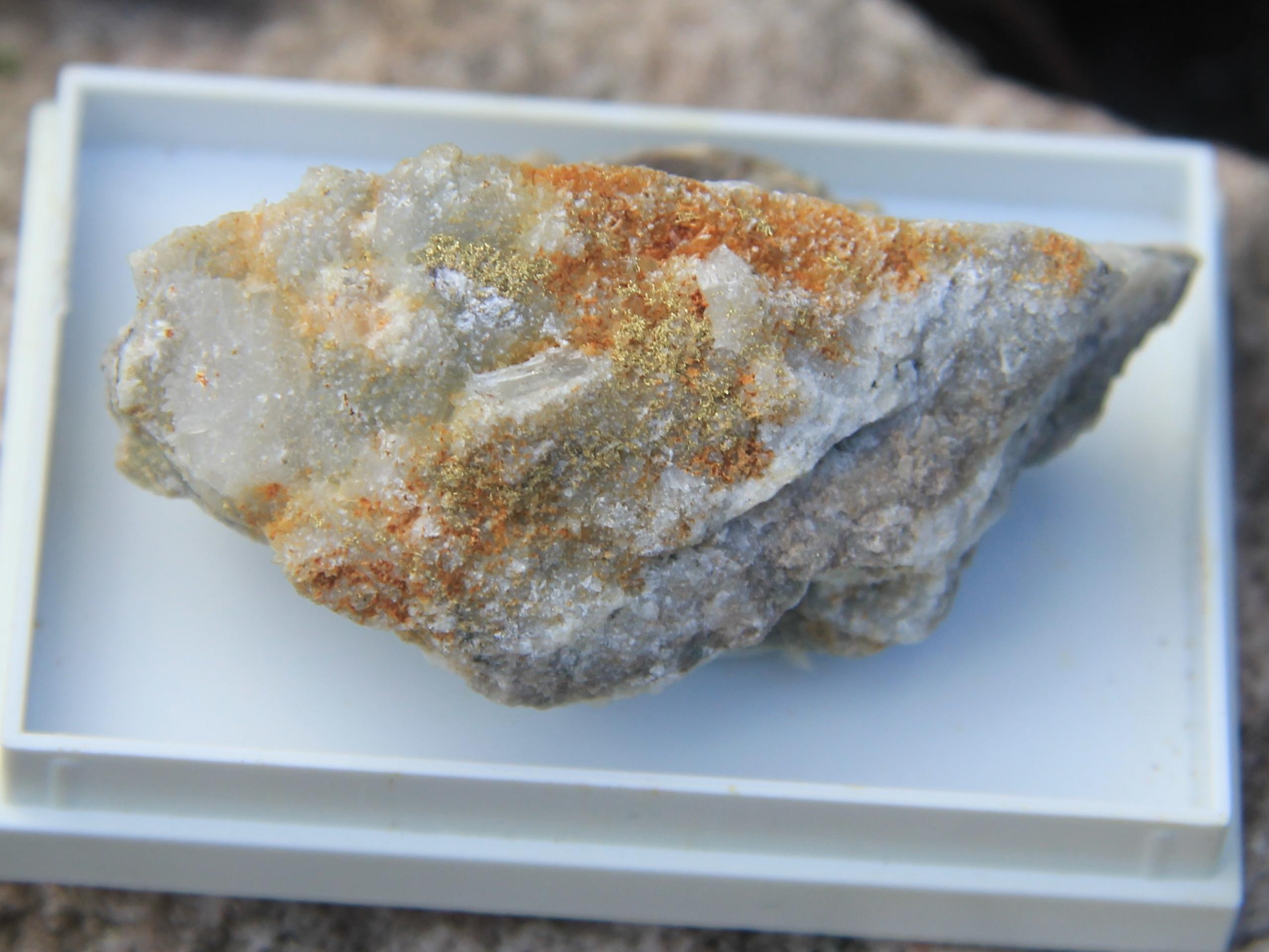 Native gold on quartz